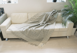 可愛いおしゃれな毛布のシルケボーウールブランケット北欧テイストのひざ掛けチェック柄ソファーの上シーン